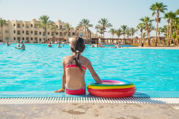 Dziecko pływa i nurkuje w basenie. selektywne ustawianie ostrości.
