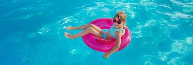 Dziecko pływa i nurkuje w basenie.