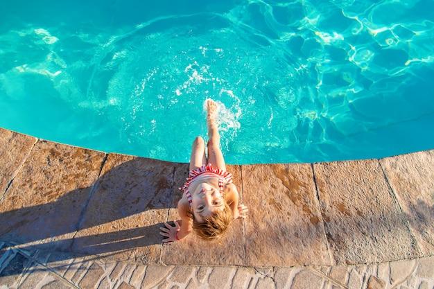 Dziecko pływa w basenie z urządzeniem do podtrzymywania życia. selektywna ostrość.