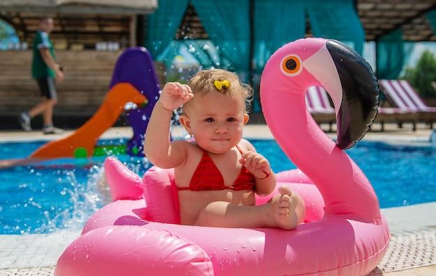Dziecko pływa w kole w basenie. selektywne skupienie. dziecko.