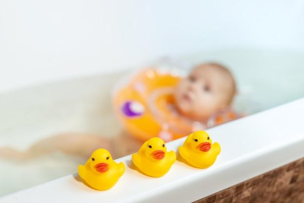 Dziecko pływa w łazience