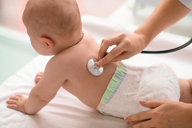 Dziecko podczas osłuchiwania przez doświadczonego lekarza