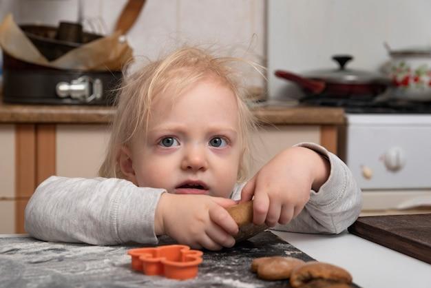 Dziecko Pomaga Mamie Robić Ciasteczka Premium Zdjęcia
