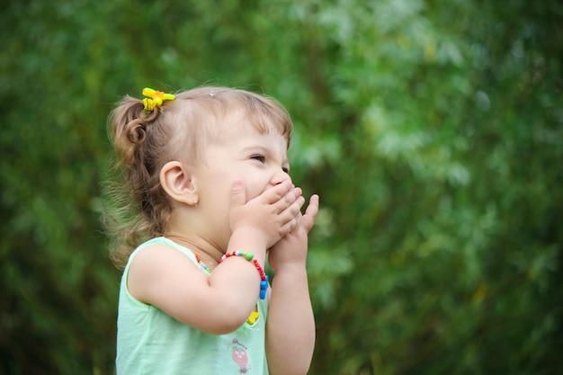 Dziecko pozwoliło bańkom mydlanym. selektywna ostrość.