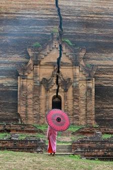 Dziecko przed buddyjską świątynią w myanmar