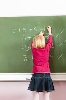 Dziecko przy blackboard w szkole