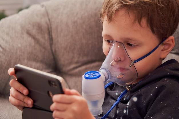 Dziecko robi inhalację w domu.