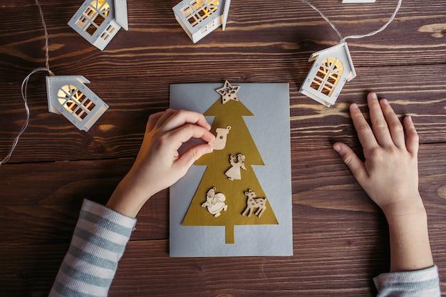 Dziecko robi kartkę noworoczną na ferie zimowe
