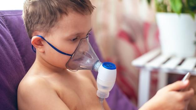 Dziecko robi nebulizator inhalacyjny w domu