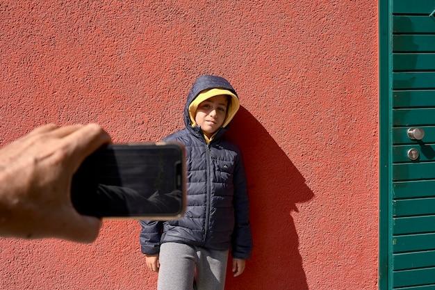 Dziecko robi zdjęcie u swojego przyjaciela
