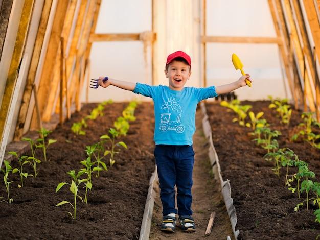 Dziecko rośliny w ogrodzie