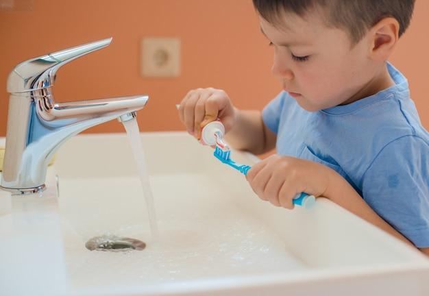 Dziecko rozciąga usta i pokazuje zęby