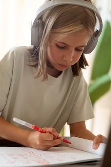Dziecko rysujące w domu z bliska