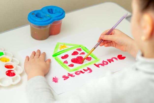 Dziecko rysuje serce w domu