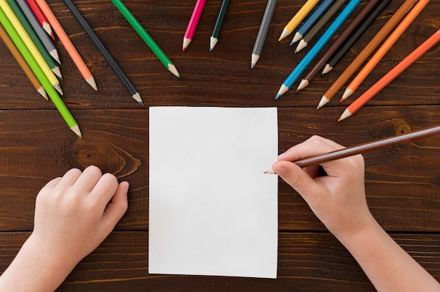 Dziecko rysunek z kolorowymi ołówkami