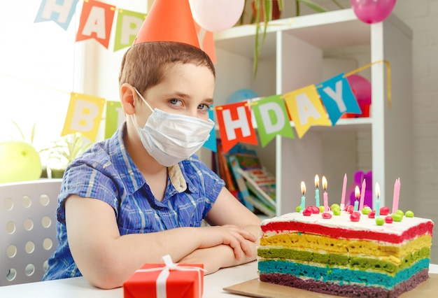 Dziecko siedzi samotnie w dniu swoich urodzin. depresja spowodowana brakiem przyjaciół
