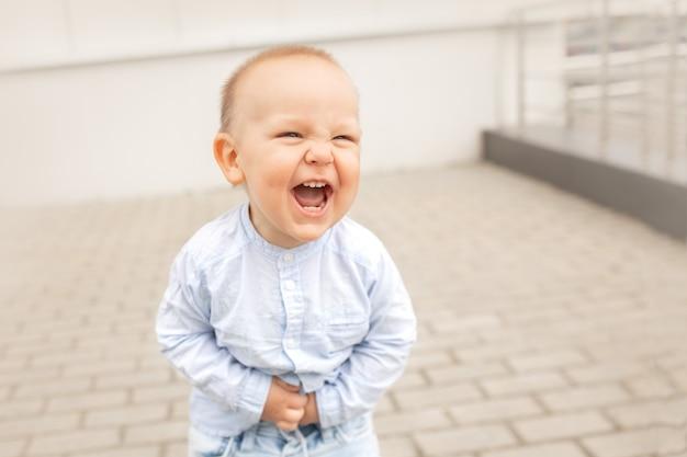 Dziecko śmieje się na zewnątrz koncepcja szczęśliwego dzieciństwa