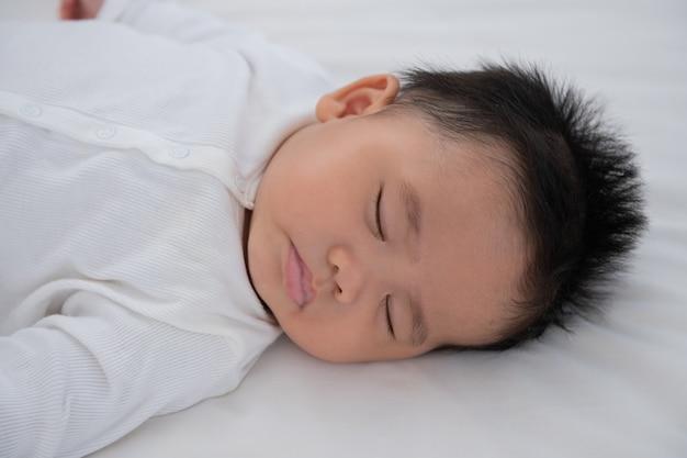 Dziecko śpiące w łóżku