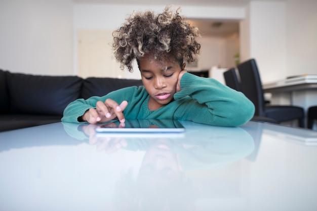 Dziecko surfuje po internecie na komputerze typu tablet