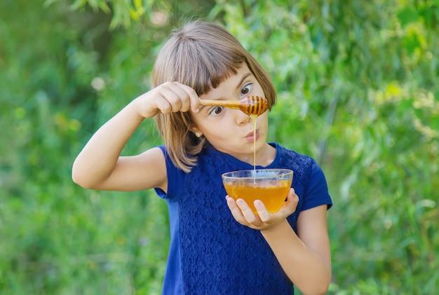 Dziecko talerz miodu w rękach