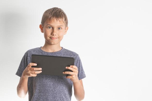 Dziecko trzyma komputer cyfrowy tablet pc