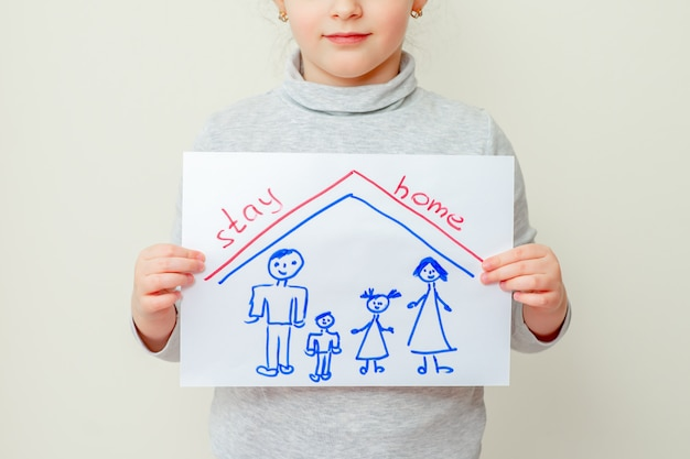 Dziecko trzyma zdjęcie rodziny