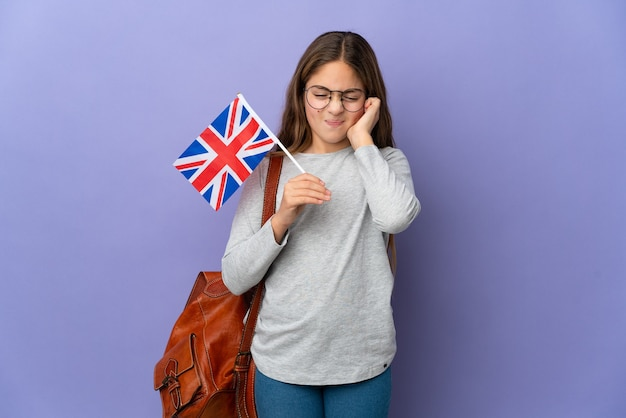 Dziecko trzymające flagę wielkiej brytanii na białym tle sfrustrowane i zakrywające uszy
