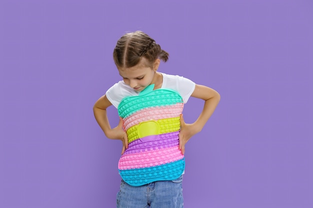 Dziecko trzymające ogromne jabłko antystresowe umiejętności motoryczne bańki pop to zabawne dziecko trzymające kolor popit fidget