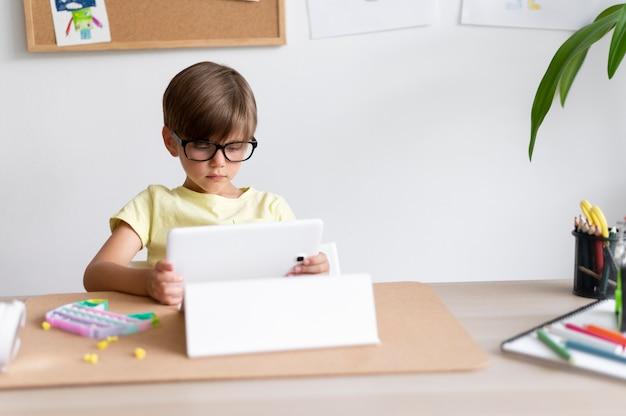 Dziecko trzymające tablet średni strzał