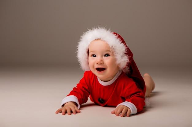 Dziecko ubrane jak święty mikołaj