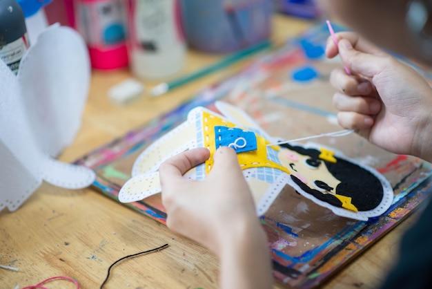 Dziecko uczące się malowania i rzemiosła artystycznego w klasie sztuki