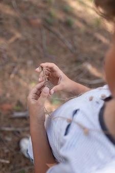 Dziecko uczestniczące w poszukiwaniu skarbów