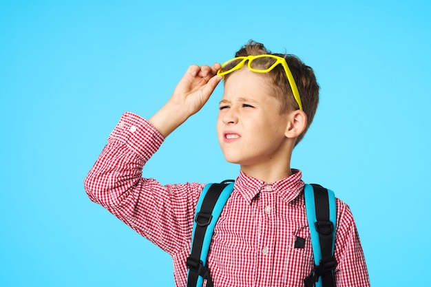 Dziecko ucznia szkoły podstawowej w okularach