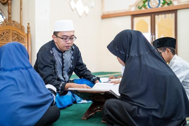 Dziecko uczy się czytać koran