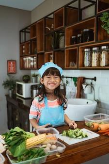 Dziecko uczy się gotować w domu