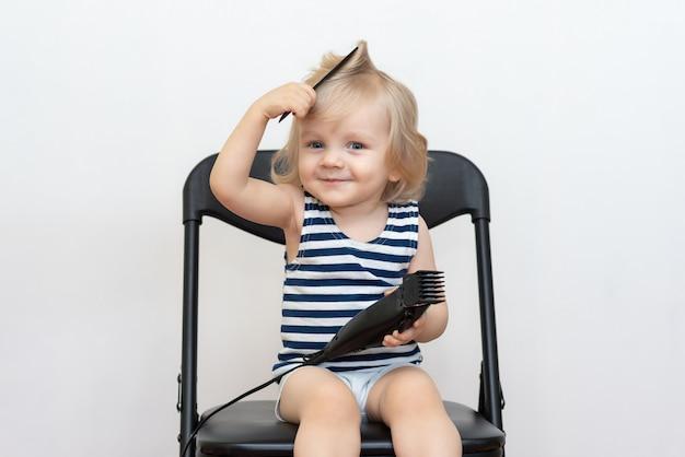 Dziecko uczy się obcinać włosy i czesać włosy