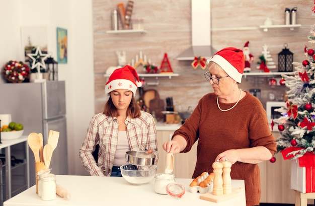 Dziecko uczy się robić tradycyjne ciasteczka na boże narodzenie