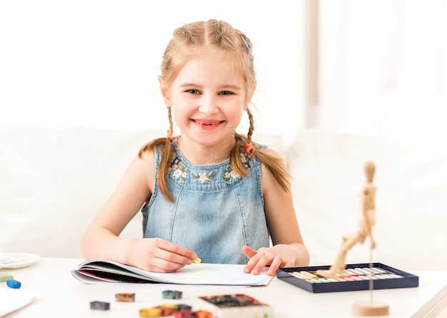 Dziecko uczy się rysować suchym pastelem