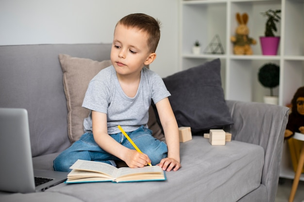 Dziecko uczy się rysować
