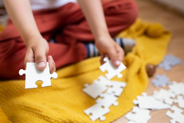 Dziecko uczy się układania puzzli