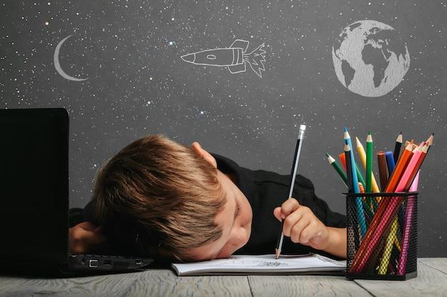 Dziecko uczy się zdalnie w szkole, ubrane w hełm astronauty. powrót do szkoły