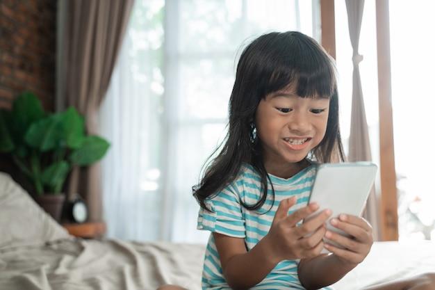 Dziecko używa smartphone w domu
