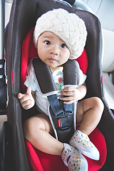 Dziecko w bezpiecznym foteliku samochodowym. bezpieczeństwo i ochrona
