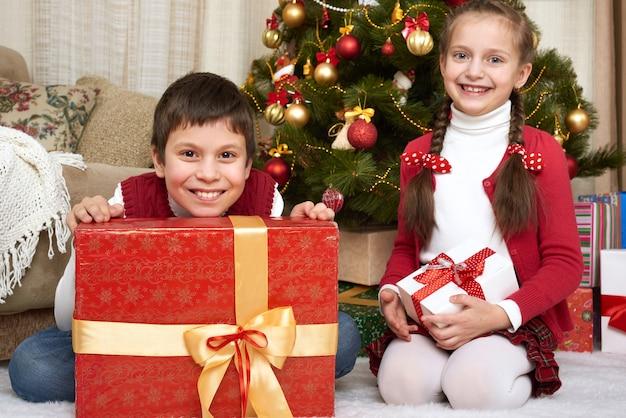 Dziecko w dekoracji świątecznej w domu koncepcja wakacje zimowe szczęśliwych emocji