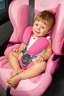 Dziecko w foteliku samochodowym. bezpieczeństwo i ochrona