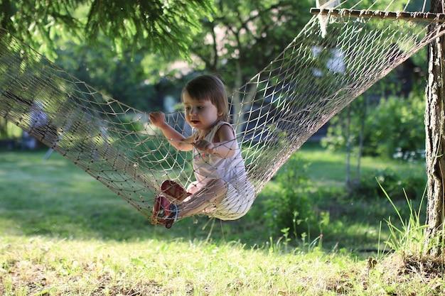 Dziecko w hamaku na naturze