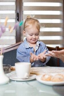 Dziecko w mące w kuchni.