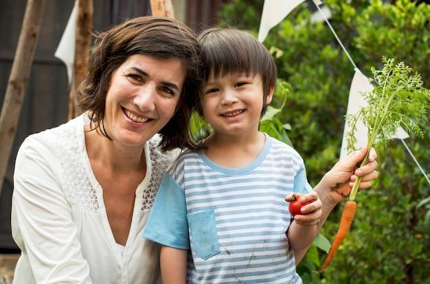 Dziecko w ogrodzie z marchewką