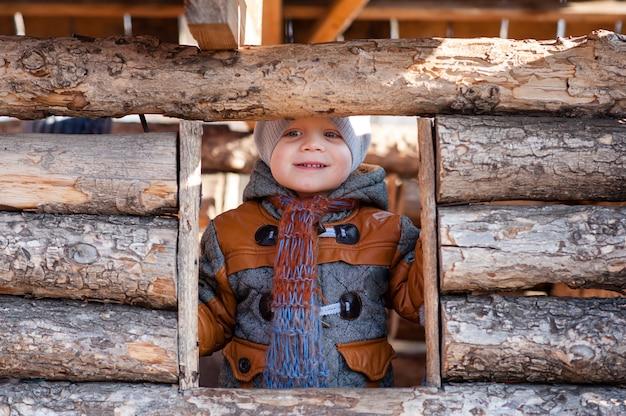 Dziecko w parku grało w drewnianym domu