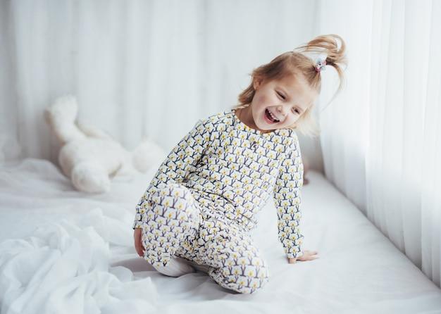 Dziecko w piżamie